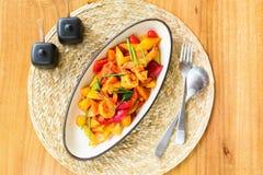 Remuez la crevette frite avec la sauce aigre-doux photographie stock libre de droits