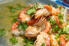 Remuez la crevette frite de rivière avec le poivre et l'ail Kung Pad Kratiem Prik Thai photo libre de droits
