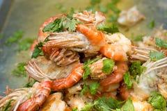 Remuez la crevette frite de rivière avec le poivre et l'ail Kung Pad Kratiem Prik Thai photos libres de droits