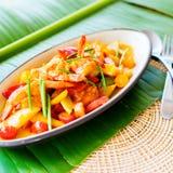 Remuez la feuille frite de banane de la sauce aigre-doux de crevette images libres de droits