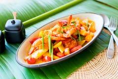 Remuez la feuille frite de banane de la sauce aigre-doux de crevette photographie stock