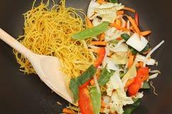 Remuez la friture dans le wok images stock