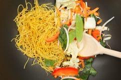 Remuez la friture dans le wok photographie stock