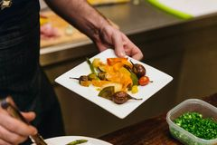 Remuez la garniture frite de légumes pour manger avec le bifteck photos stock