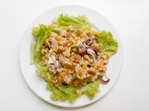 Remuez la nouille de riz frit avec le poulet et l'oeuf images stock