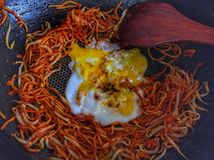 Remuez la nouille jaune frite avec le côté ensoleillé vers le haut du toke d'oeufs photo stock