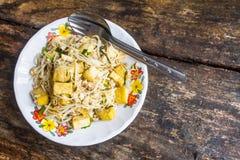 Remuez la nouille mise le feu avec le goût chinois de nourriture délicieux Peut être délicat, selon un restaurant chinois en Thaï image stock