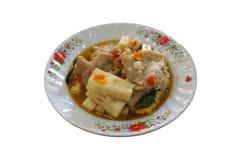 Remuez la pousse épicée frite de noix de coco, boule de poissons avec de la sauce à huître image stock