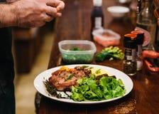 Remuez le bifteck frit de porc servi avec l'écrimage végétal de pomme de terre de garniture, de salade et de mâche avec le habill images libres de droits