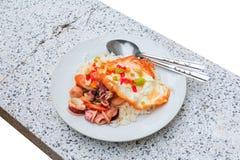 Remuez le calmar avec le basilic sur le riz avec l'oeuf au plat, la nourriture thaïlandaise d'isolement sur le fond blanc et le c image libre de droits