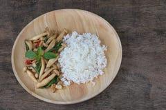 Remuez le champignon frit de shimeji avec le basilic images libres de droits