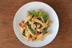 Remuez le champignon frit de shimeji avec le basilic photo libre de droits