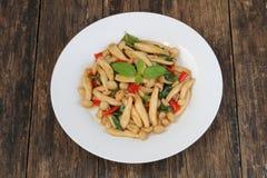 Remuez le champignon frit de shimeji avec le basilic photographie stock