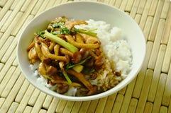 Remuez le champignon frit de shimeji avec l'écrimage de poulet sur le riz photographie stock libre de droits