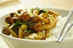 Remuez le champignon frit de shimeji avec l'écrimage de poulet sur le riz photo stock