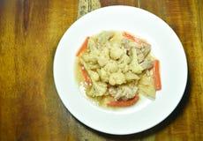 Remuez le chou-fleur frit avec la carotte et le porc du plat photos stock