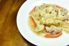 Remuez le chou-fleur frit avec la carotte et le porc du plat photos libres de droits