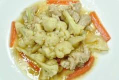 Remuez le chou-fleur frit avec la carotte et le porc du plat photo stock