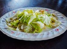 Remuez le chou frit avec de la sauce à poissons, nourriture traditionnelle thaïlandaise célèbre photos stock
