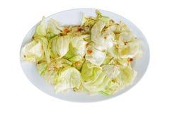 Remuez le chou mis le feu avec de la sauce à poissons et la crevette sèche du plat d'isolement sur le blanc photos stock