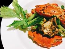 Remuez le crabe frit avec le poivre noir sur le noir d'isolement images libres de droits