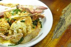 Remuez le crabe frit de fleur en cari jaune de plat images stock