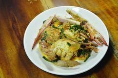 Remuez le crabe frit de nageur en cari jaune de plat image libre de droits