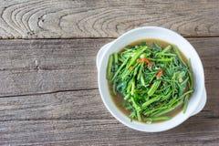 Remuez le daeng de fai de boong de Fried Water Spinach ou de PAK sur le plat blanc image stock