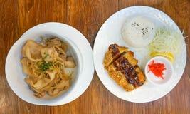 Remuez le porc frit avec du riz ou le butadon et le porc frit avec du riz ou photos libres de droits