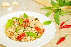 Remuez le porc frit avec la feuille de basilic, nourriture thaïlandaise photos stock
