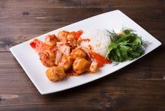 Remuez le poulet doux firied avec du riz servi sur la table en bois image stock