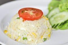 Remuez le riz frit avec l'oeuf, le porc et le légume image stock