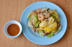 Remuez le sukiyaki frit de fruits de mer avec l'oeuf et la sauce photo libre de droits