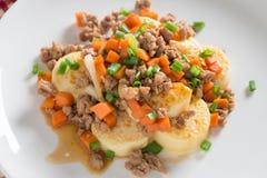 Remuez le tofu frit avec du porc et la carotte hachés, oignon Image stock