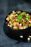 Remuez le tofu frit, l'anarcadier, piment sur le fond foncé photographie stock