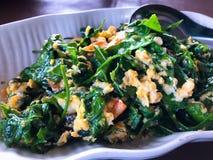 Remuez les feuilles frites de gnemon ou de melinjo de Gnetum avec des oeufs photos stock