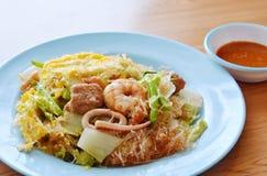 Remuez les fruits de mer et l'oeuf sur le plat de sukiyaki avec de la sauce images stock
