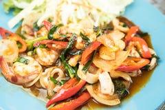 Remuez les fruits de mer frits avec la nourriture thaïlandaise de sauce à piments photos stock