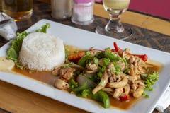 Remuez les légumes et les champignons frits avec du riz cuit à la vapeur du plat Service de déjeuner de restaurant dans le style  photos libres de droits