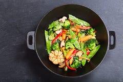 Remuez les légumes frits dans un wok, vue supérieure images stock