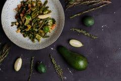 Remuez les l?gumes frits dans un wok sur la table fonc?e images libres de droits