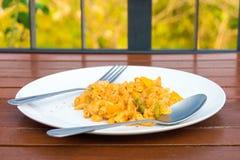 Remuez les macaronis frits avec l'oeuf sur un plat photos stock