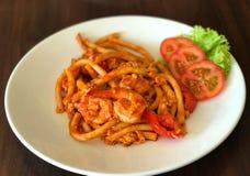 Remuez les macaronis ou les pâtes frits avec la sauce tomate et complétés avec s photo libre de droits