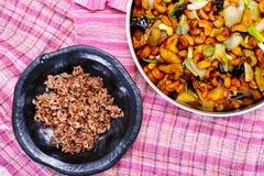 remuez les noix de cajou et le poulet frits avec le poivre de piment fort photos libres de droits