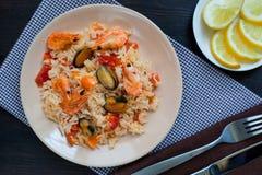 Remuez les nouilles de riz frit avec des crevettes roses et des moules photo stock