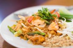 Remuez les nouilles et la crevette de riz de friture images stock