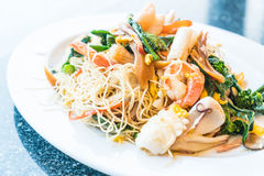 Remuez les nouilles frites avec des fruits de mer et des légumes mélangés photo libre de droits