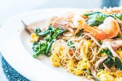 Remuez les nouilles frites avec des fruits de mer et des légumes mélangés photographie stock