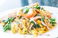 Remuez les nouilles frites avec des fruits de mer et des légumes mélangés image stock
