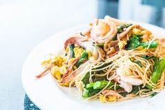 Remuez les nouilles frites avec des fruits de mer et des légumes mélangés photographie stock libre de droits